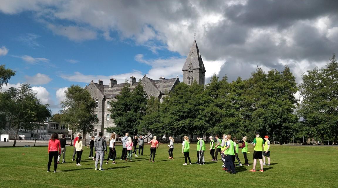 Actividades Dedportivas en St.Flannan´s College durante el campus de verano para jóvenes europeos con albinismo