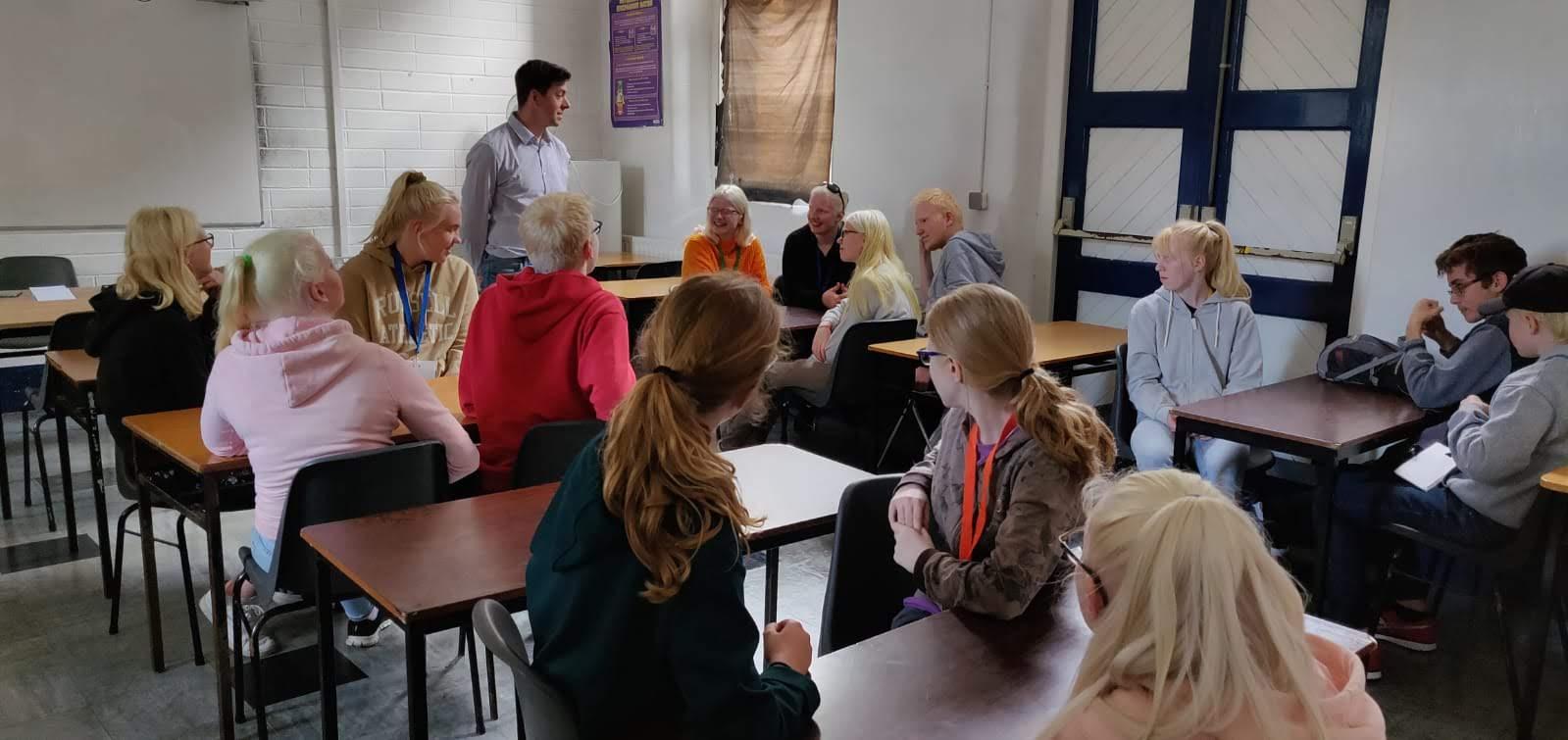 Clases de Ingles con Jack En el Campus de verano para jóvenes europeos con albinismo
