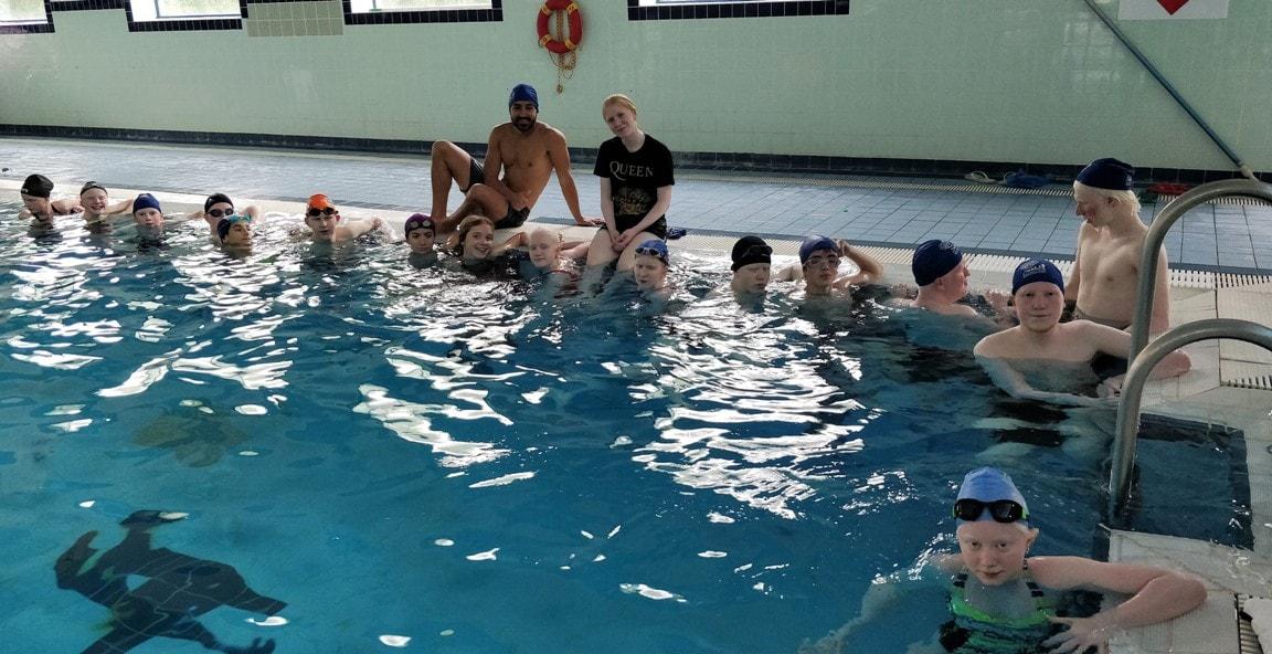 Los Jovenes europeos del campamento de verano en Irlanda disfrutan en la pisciana