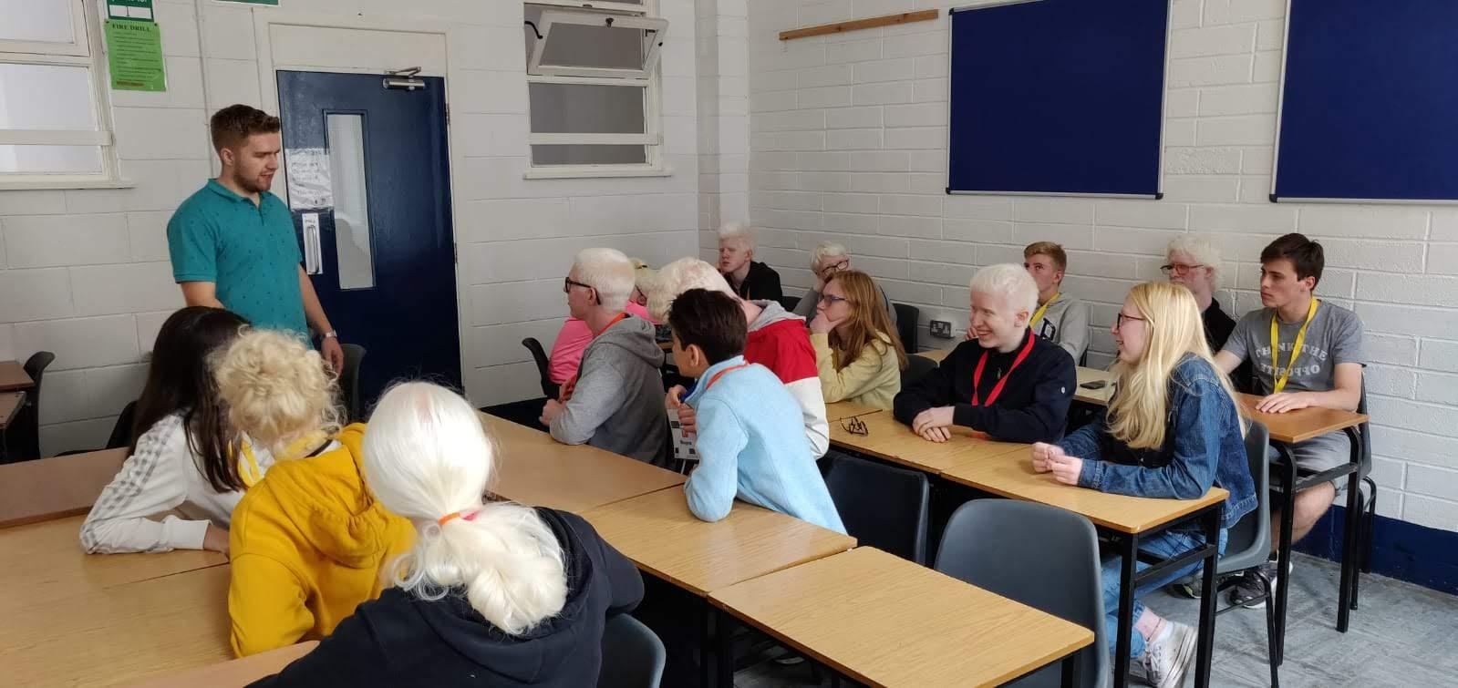 Clases de Ingles con Rory en el Campus de verano para jóvenes europeos con albinismo